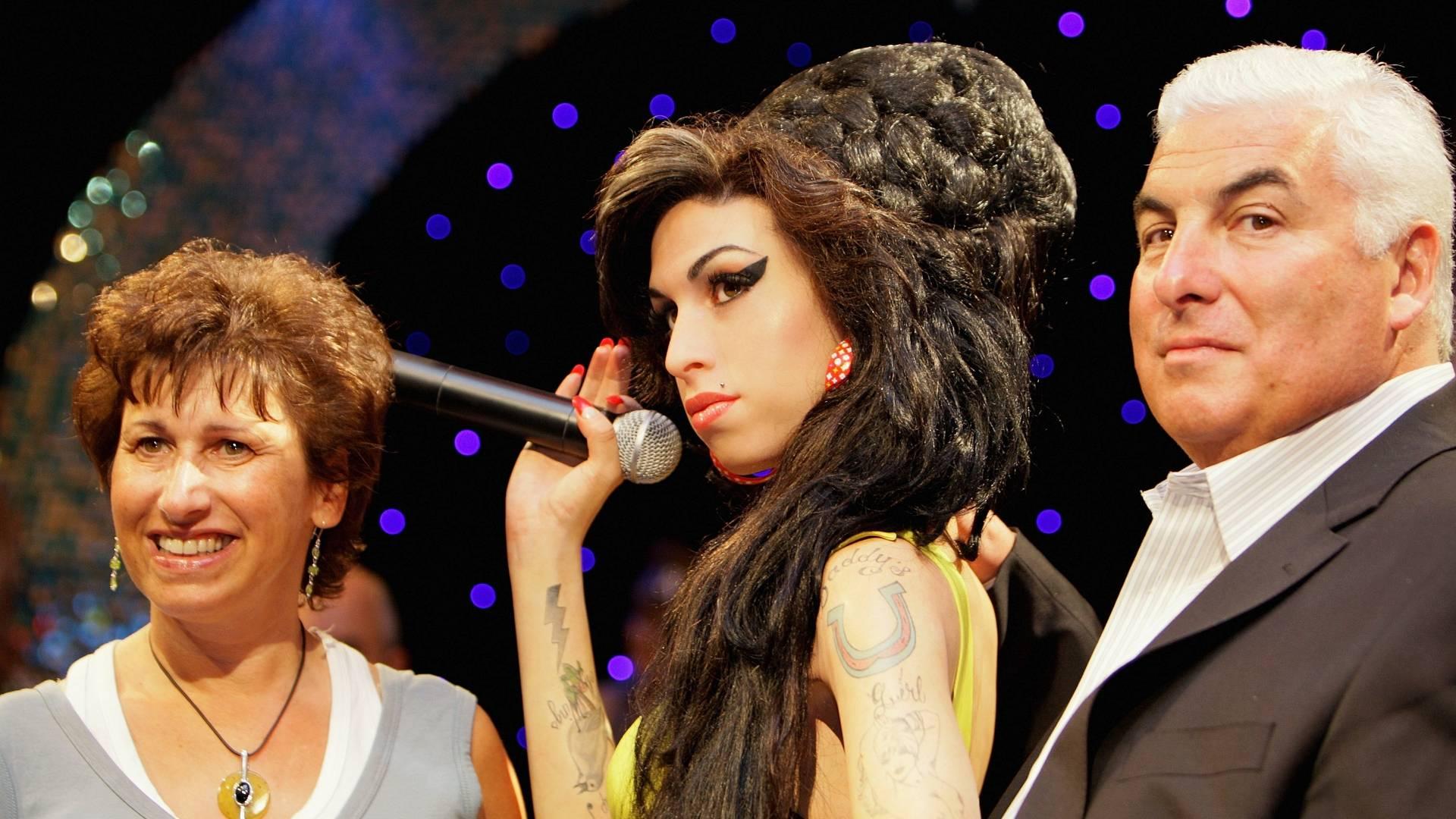 Janice e Mitch Winehouse, pais da cantora de Amy Winehouse, posam ao lado da figura de cera da cantora no museu Madame Tussauds de Londres (23/7/2008)