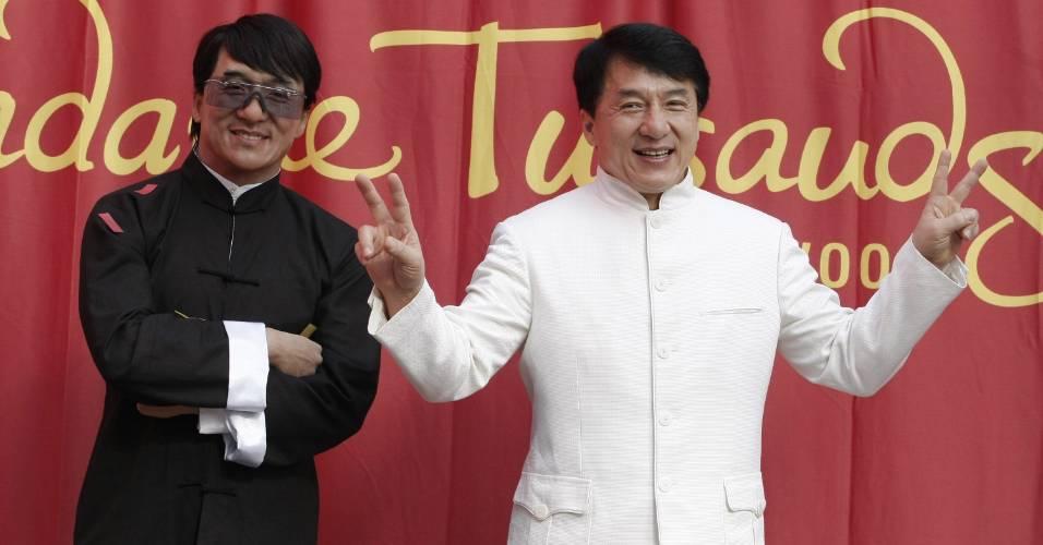 O ator Jackie Chan (dir.) faz pose ao lado de sua figura de cera no museu Madame Tussauds de Hollywood (11/1/2010