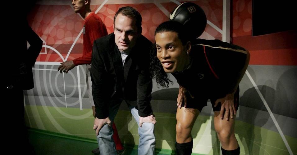 O ex-jogador Frank de Boer (esq.) posa ao lado da figura de cera do jogador Ronaldinho Gaúcho no museu Madame Tussauds de Amsterdã (21/12/2006)