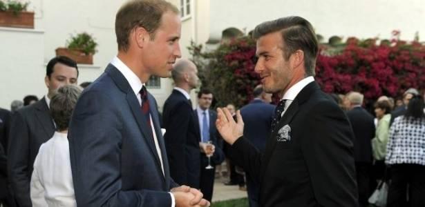 Príncipe William (à esq.) conversa com o jogador David Beckham durante recepção preparada para o casal real no consulado britânico em Los Angeles. A mulher de Beckham, Victoria, grávida de nove meses, não foi ao evento (8/7/11)