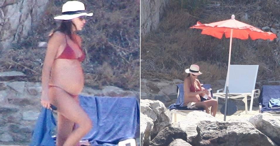 De biquíni, Carla Bruni, que está grávida de seis meses, aproveita o sol no Fort de Brégançon, na França (9/7/11)