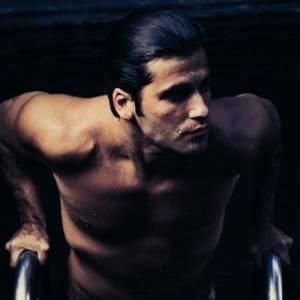 Ator Bruno Gagliasso exibe boa forma aos 29 anos em ensaio sensual (2011)
