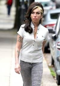 Após cancelar turnê europeia, Amy Winehouse é vista ao caminhar pelas ruas de Londres (12/7/11)
