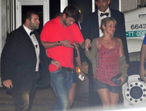 O jogador de futebol espanhol Gerard Piqué e sua namorada, a cantora Shakira, deixam uma casa noturna em Miami, às 4h da manhã (12/7/11)