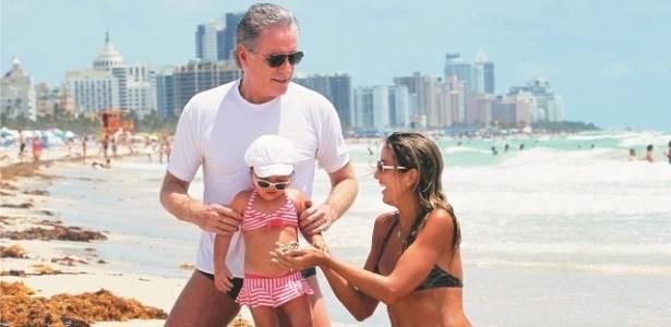 Roberto Justus, Ticiane Pinheiro e a pequena Rafaella passam férias em Miami (julho/2011)