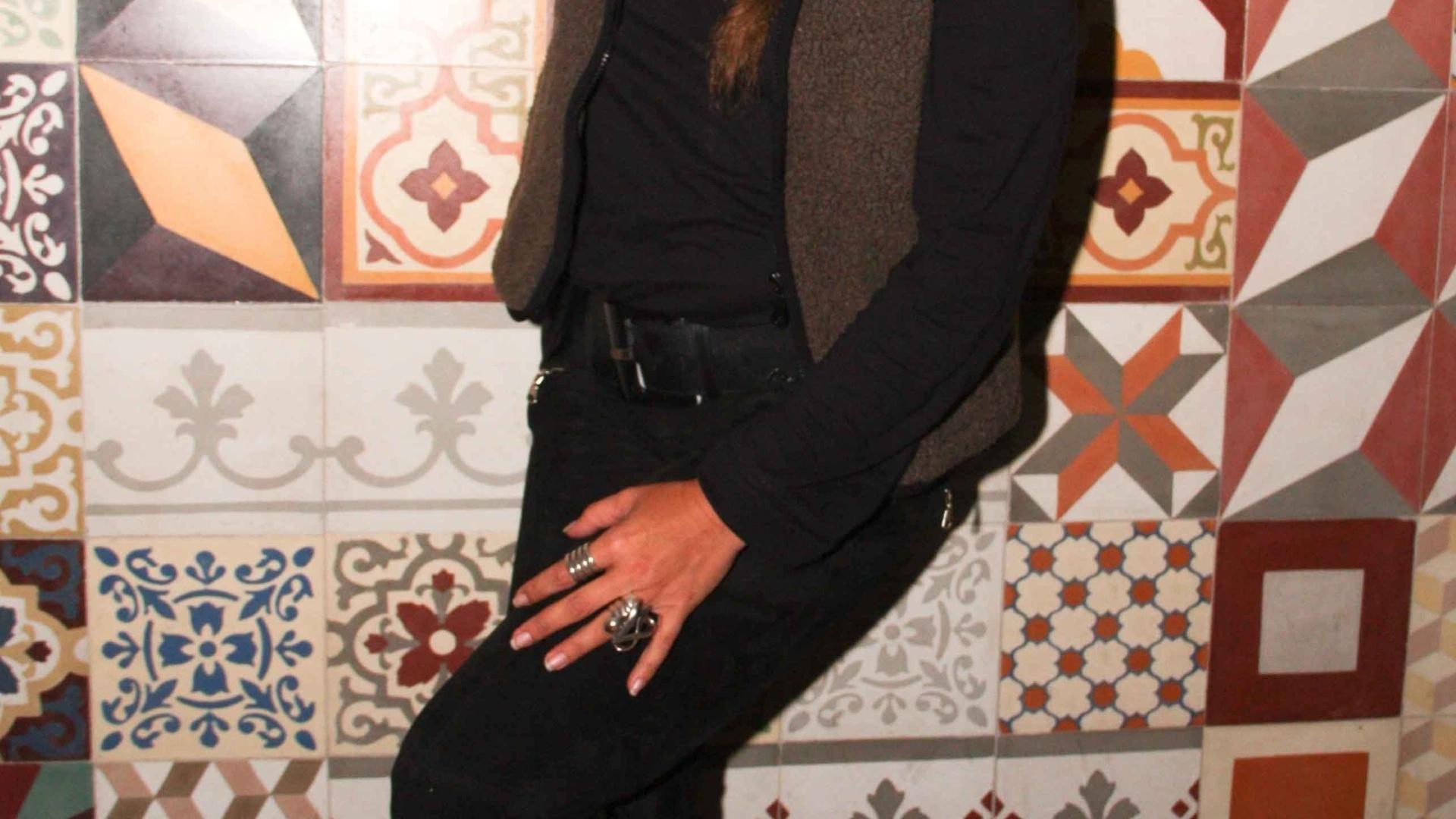 Sorridente, Adriane Galisteu participa de comemoração de restaurante em São Paulo (12/7/11)