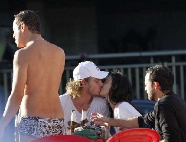 A atriz Isis Valverde beija novo affair em praia do Rio de Janeiro (16/7/11)