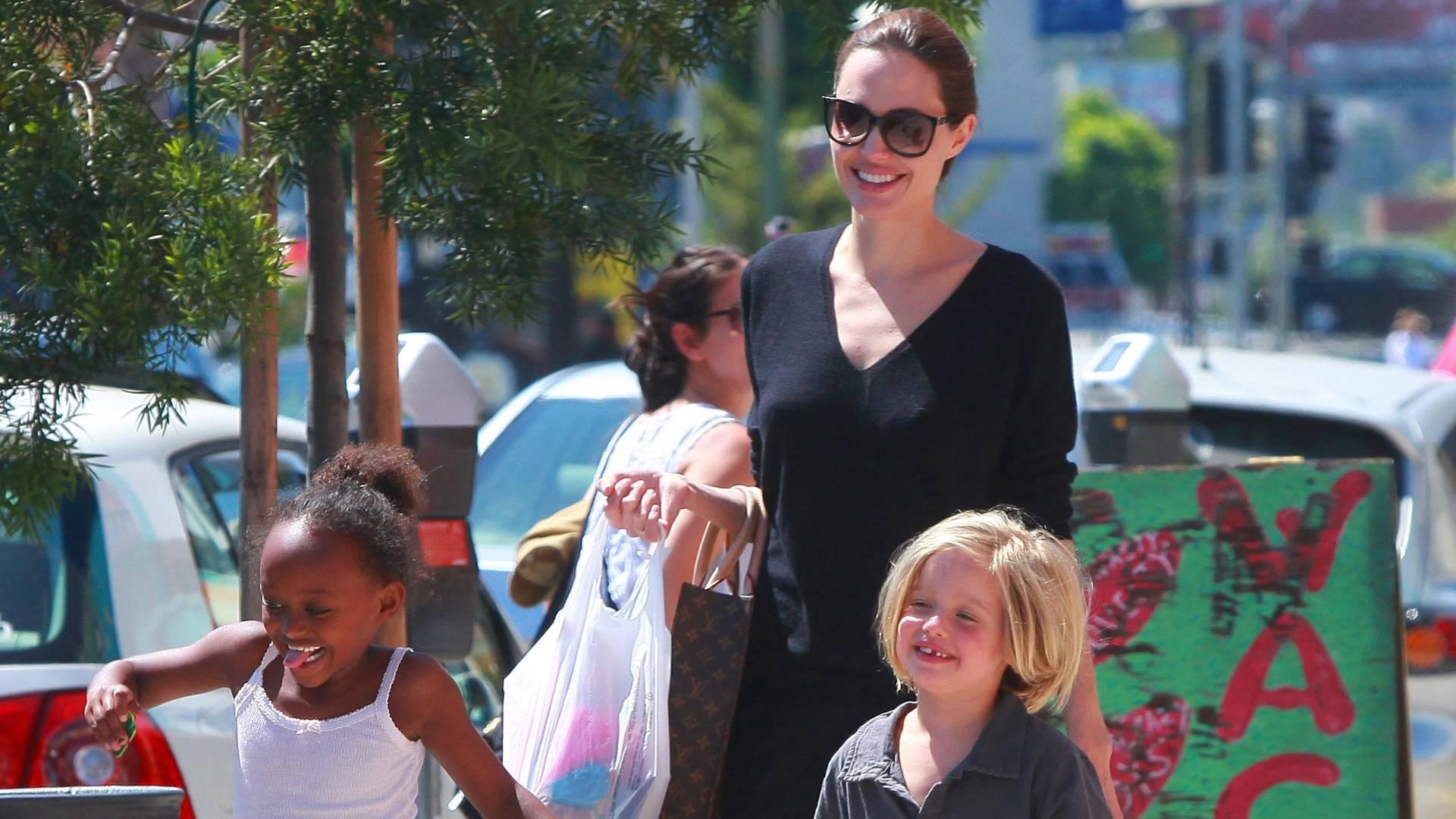 Angelina Jolie passeia com as filhas Zahara (à esq.), de seis anos, e Shiloh, de cinco, Hollywood, na Califórnia (17/7/11)