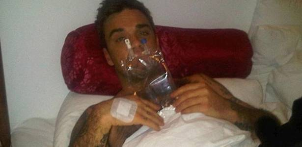 Robbie William publicou foto em seu blog com uma bolsa de soro, aps cancelar show por causa de uma intoxicao alimentar, em Copenhague (17/7/2011)