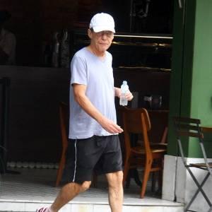 Chico Buarque caminha pelas ruas do Leblon, no Rio de Janeiro (19/7/11)