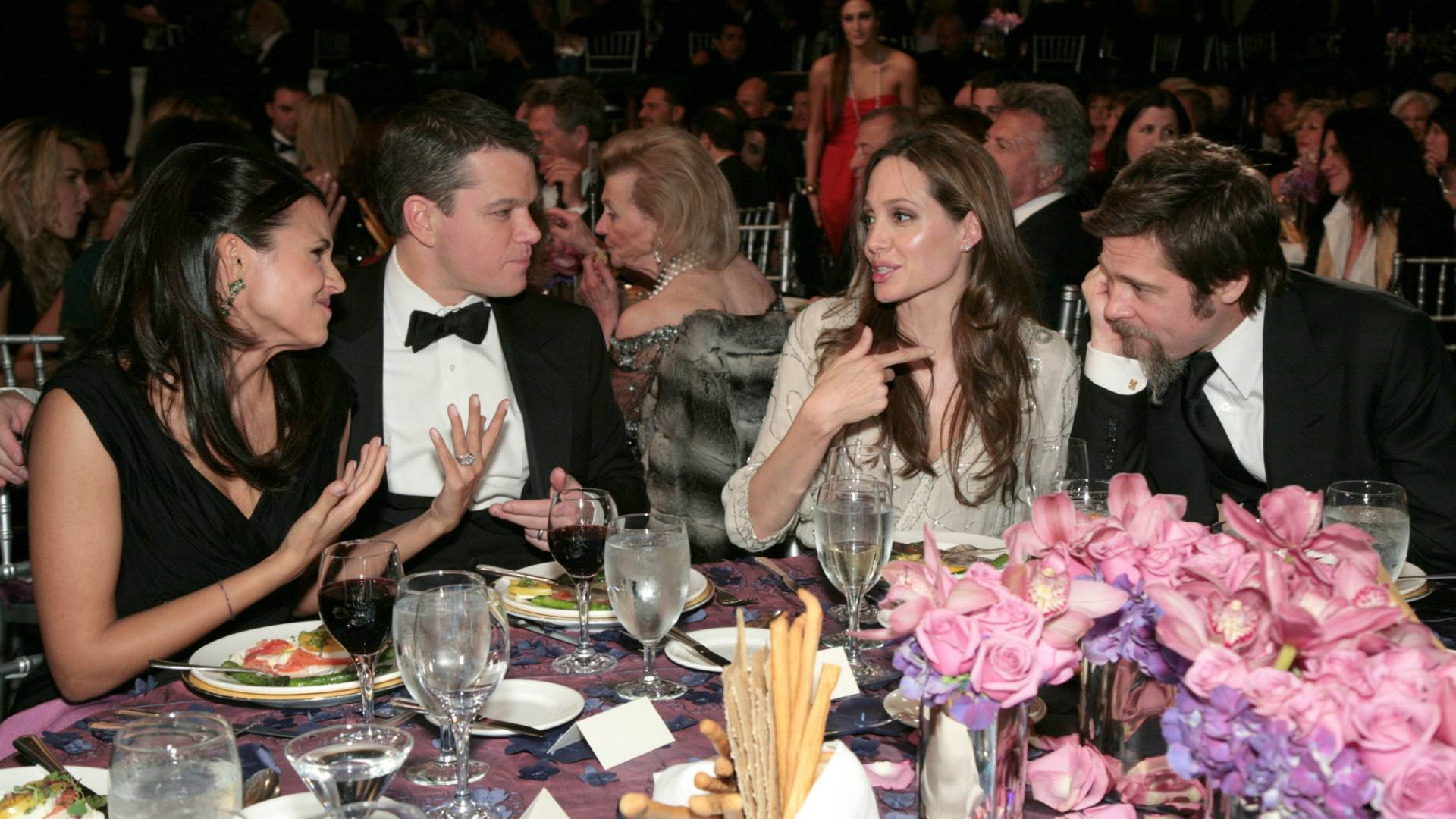 Matt Damon e a mulher Luciana Barroso (esq.), Angelina Jolie e Brad Pitt em um jantar da UNICEF em Los Angeles (10/12/2009)