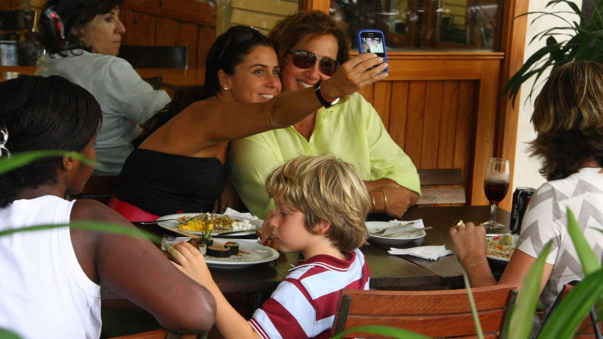 Giovanna Antonelli tira foto sua com Claudia Jimenez no restaurante Celeiro, Rio de Janeiro (3/12/2009)
