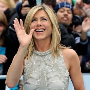 Jennifer Aniston acena para fãs durante a pré-estreia de