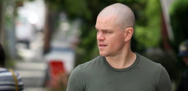 Matt Damon  flagrado com novo visual, de cabelos raspados, em Vancouver, no Canad (19/7/11)