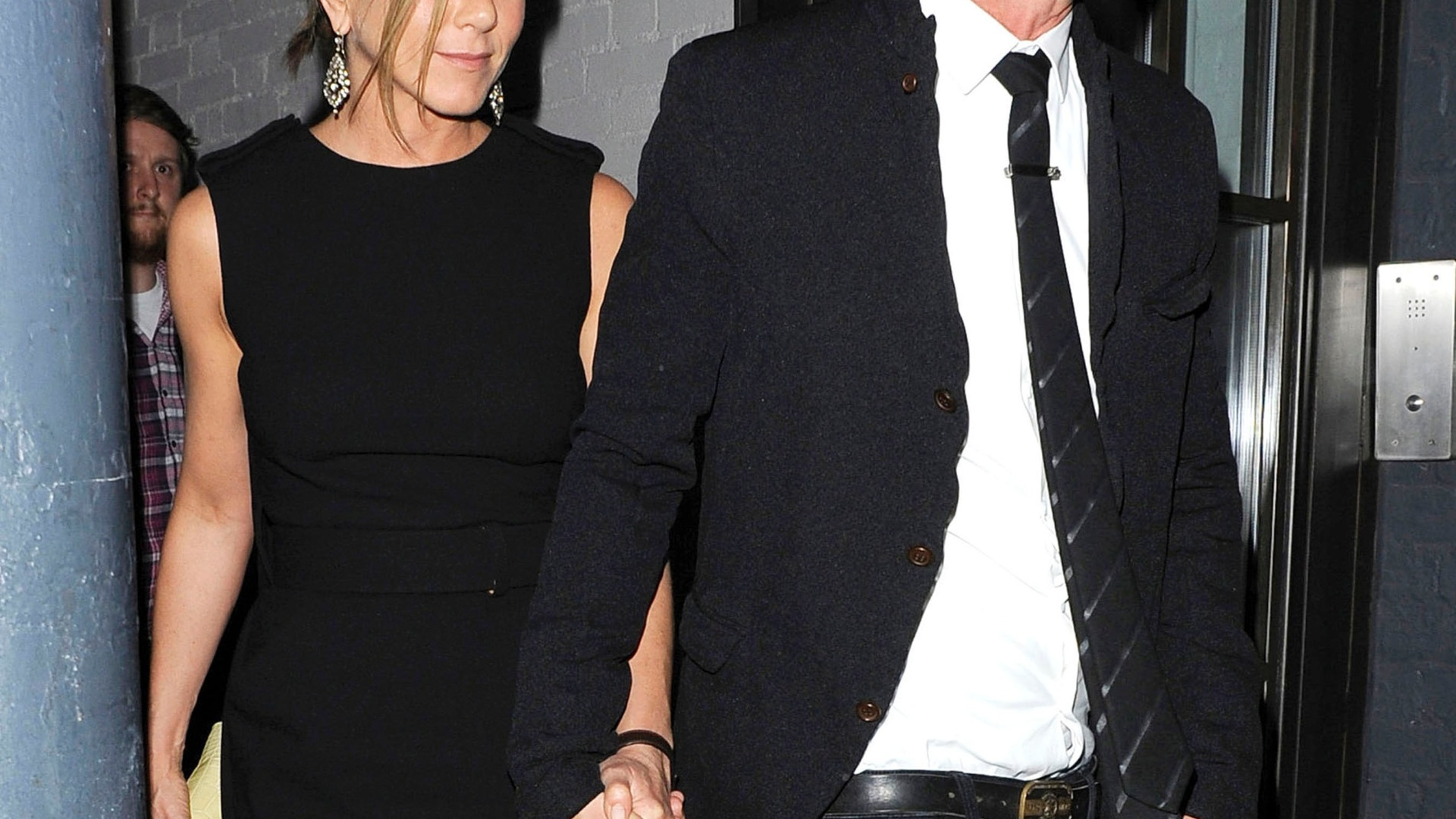 Jennifer Aniston e o namorado Justin Theroux são vistos de mãos dadas (20/7/11)