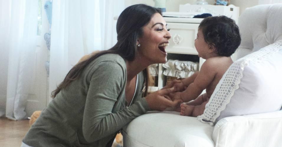 Juliana Paes grava campanha de fraldas com o filho Pedro, de cinco meses (26/5/2011)