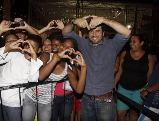 Eriberto Leão é assediado pelos fãs na durante à pré-estreia do filme