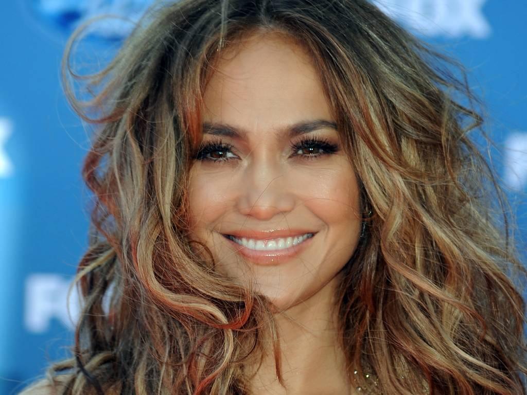 Jennifer Lopez no tapete vermelho do último programa da 10ª temporada do