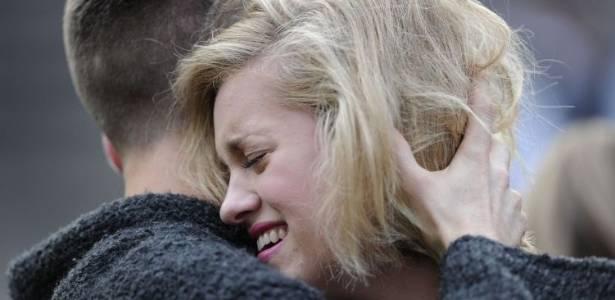 Mulher chora e é consolada em frente à casa de Any Winehouse, encontrada morta neste sábado (23/7/11)