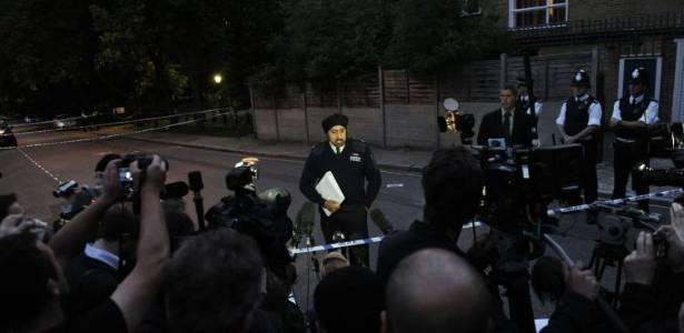 Policial faz declaração à imprensa sobre a morte de Amy Winehouse, em frente à casa da cantora, em Londres (23/7/11)