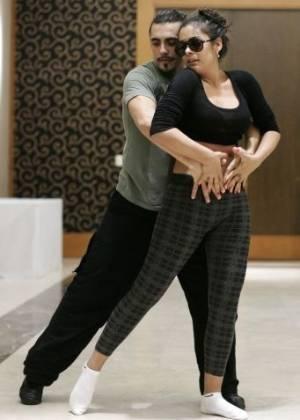 A modelo paraguaia Larissa Riquelme ensaia dança com ator Fernando Bertona para programa de TV argentino (24/7/11)