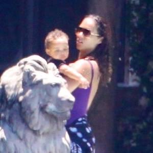 Em Miami, Alicia Keys toma banho de piscina ao lado do filho (24/7/11)