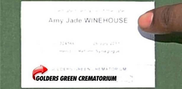 Cartão identificando recipiente que supostamente contém as cinzas da cantora Amy Winehouse (26/7/11)