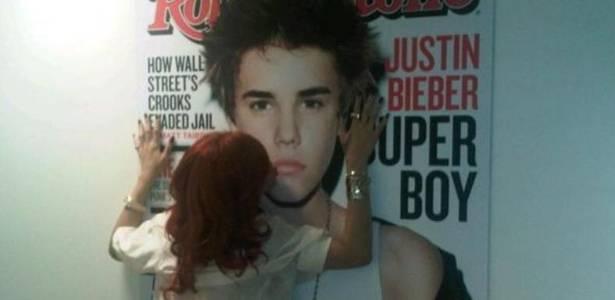 Rihanna beija foto do cantor teen Justin Bieber (27/07/2011)