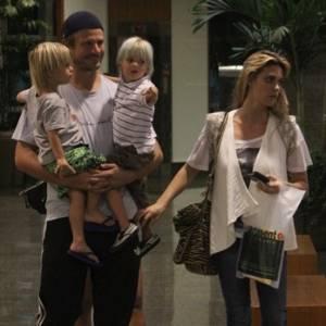 Rodrigo Hilbert e Fernanda Lima passeiam com os gêmeos João e Francisco, de 3 anos, em shopping na Barra da Tijuca, no Rio (27/7/11)
