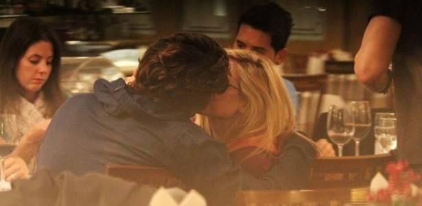 Avril Lavigne e Brody Jenner se beijam durante jantar em São Paulo (27/8/11)