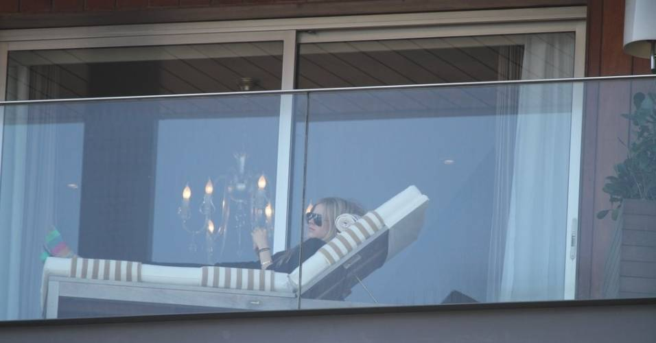 A cantora Avril Lavigne descansa na sacada do hotel Fasano, no Rio de Janeiro (29/7/11)