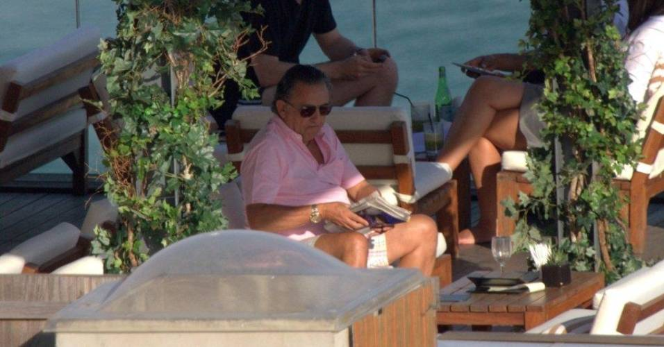 Galvão Bueno descansa em bar da piscina de hotel em Ipanema, no Rio (29/7/11)