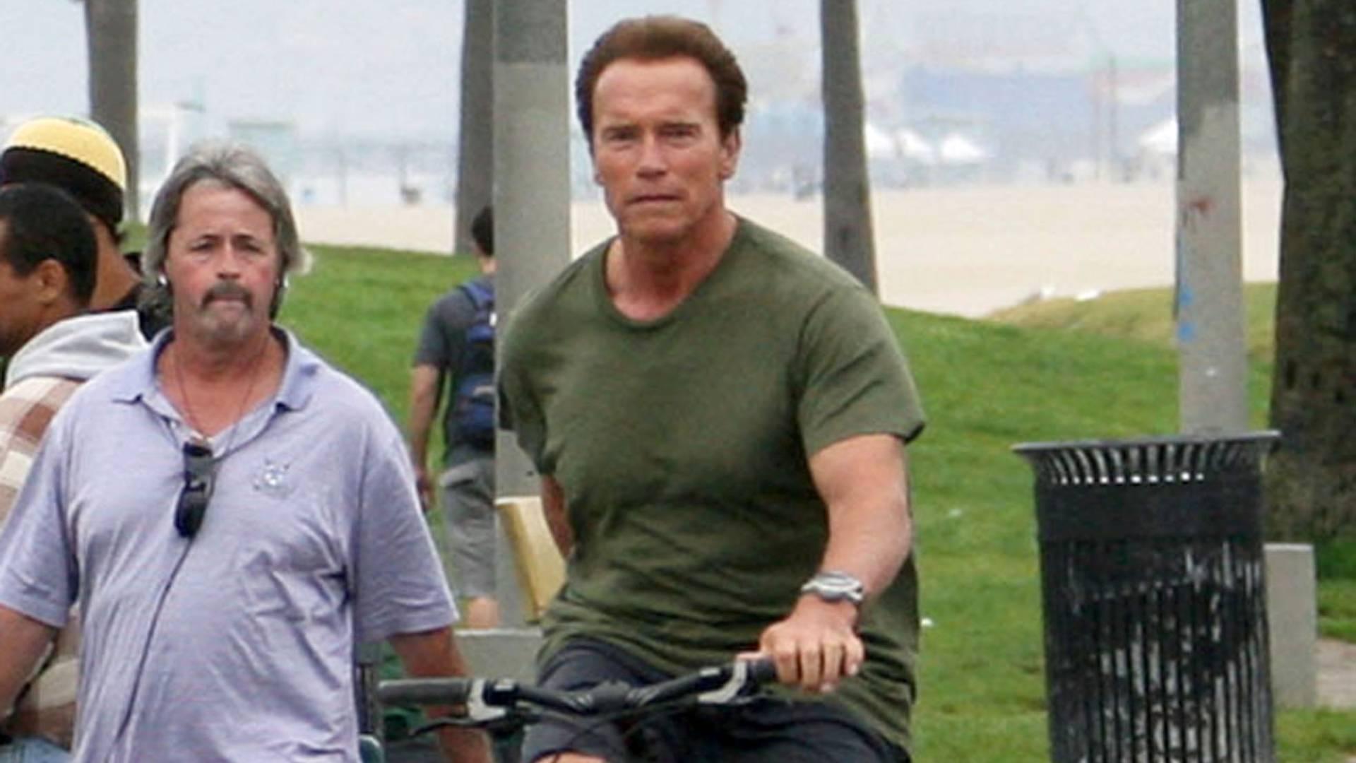 O ator e ex-governador da Califórnia Arnold Schwarzenegger anda de bicicleta em Venice Beach, Los Angeles (28/7/11)
