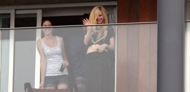 Avril Lavigne acena para fãs da sacada do hotel Fasano (30/7/11)