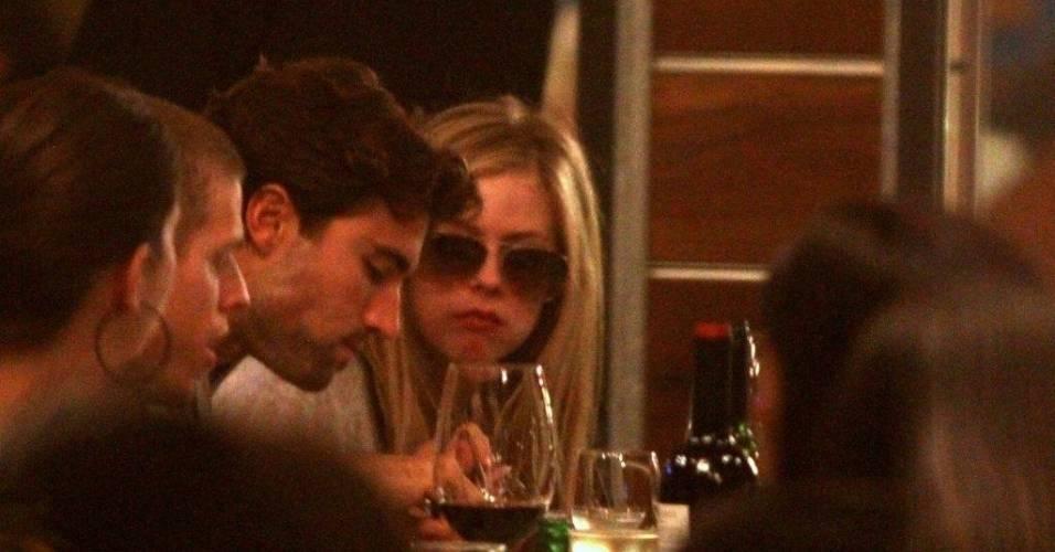 Avril Lavigne vai com namorado a churrascaria no Rio (29/7/11)
