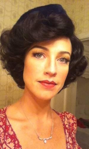 Luana Piovani postou no Twitter foto em que aparece usando uma peruca morena. A atriz está filmando
