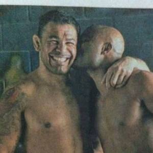 Lutador Minotauro ganha um beijo do amigo Anderson Silva (1/8/11)