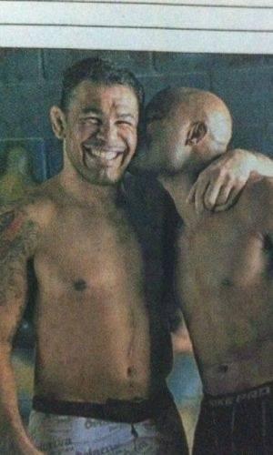Lutador Minotauro ganha um beijo do amigo Anderson Silva (1/8/11)
