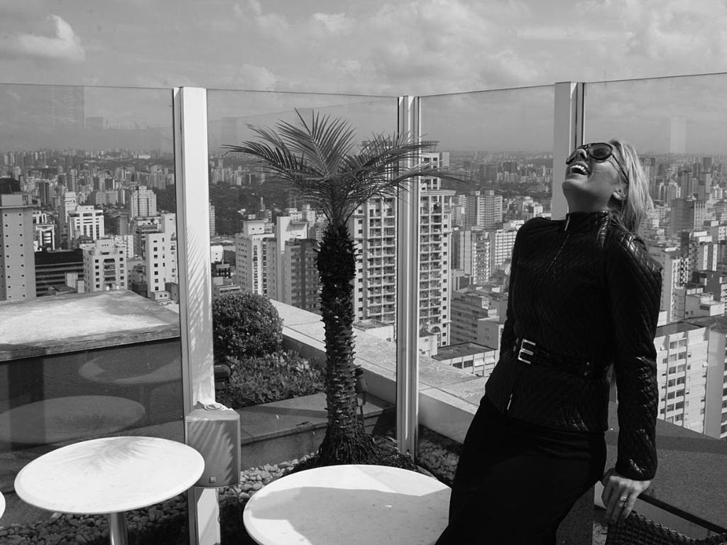 Adriane Galisteu no terraço do flat onde aconteceu a coletiva de imprensa de sua capa para a edição de aniversário da