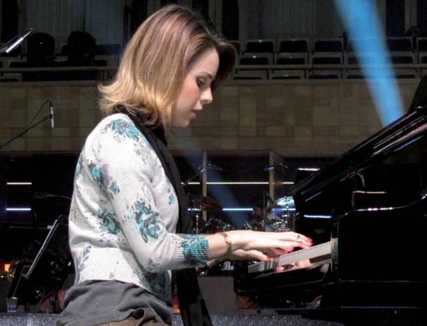 A cantora Sandy publicou nesta quarta-feira (3), em seu Twitter, foto em que aparece tocando piano durante as gravações do DVD em comemoração dos 40 anos da dupla Chitãozinho & Xororó, na Sala São Paulo, em São Paulo (1/8/11)
