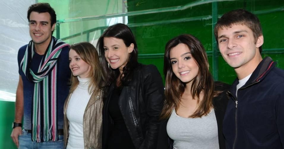 Da esquerda para a direita, os atores Joaquim Lopes, Maria Helena Chira, Bruna Spínola, Giovanna Lancellotti e Thiago de los Reyes posam para foto durante evento de uma marca de balas em São Paulo (5/8/2011)