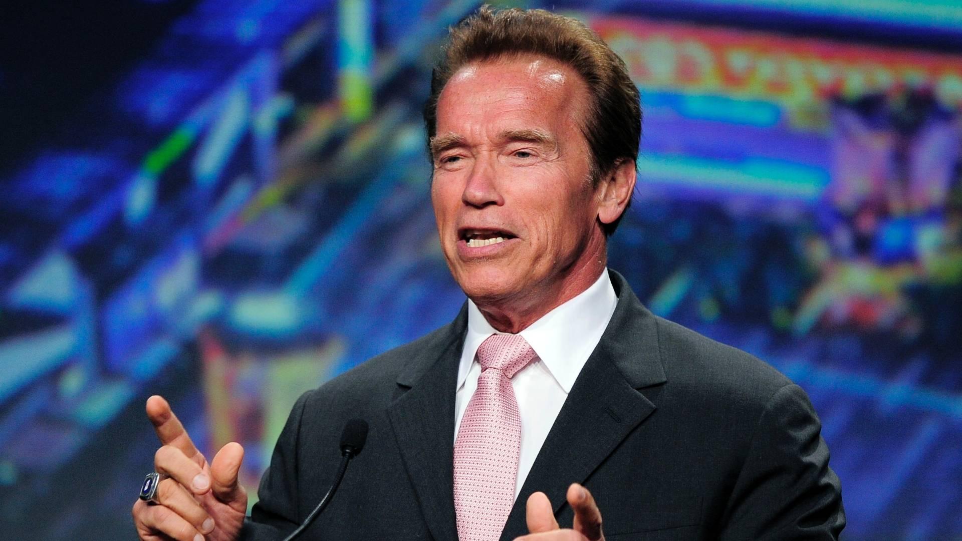 Em sua primeira aparição pública depois da revelação de que teve um filho fora do casamento, Arnold Schwarzenegger discursa após receber homenagem em convenção da Câmara de Comércio de Los Angeles (4/8/11)