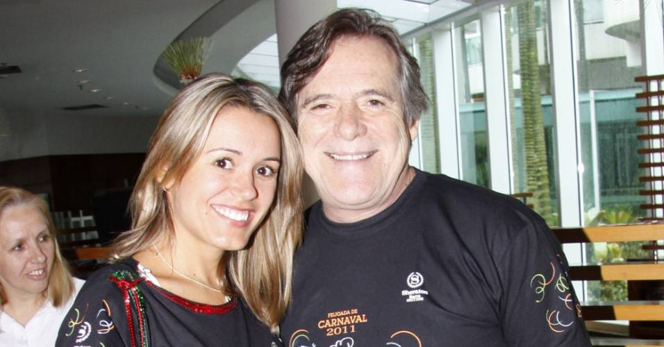José de Abreu e Camila Paola Mosquella em feijoada em hotel no Rio de Janeiro (5/3/2011)