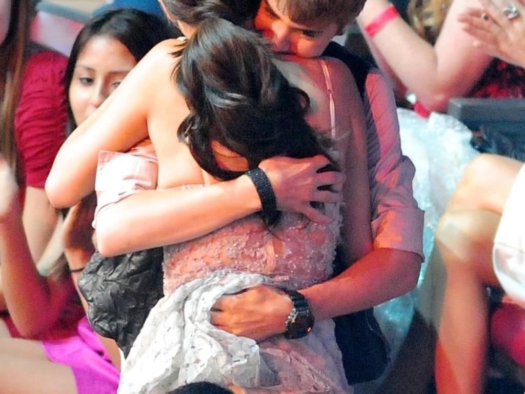 Selena Gomez ganha cinco prêmios e recebe um abraço caloroso do namorado Justin Bieber (7/8/11)