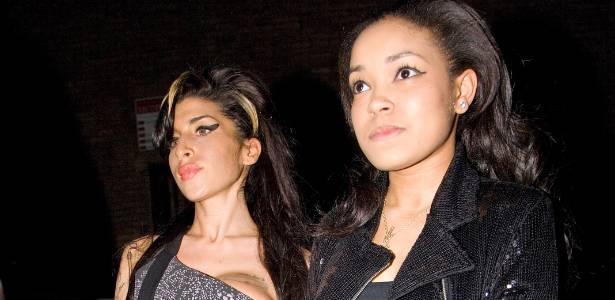 Amy Winehouse (esq.) chega com a aniversariante Dionne Bromfield em sua festa em Londres (1/2/2010)