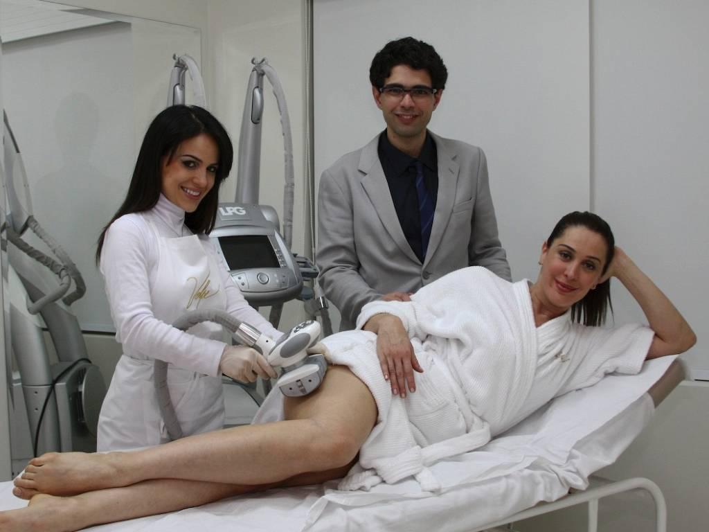 Claudia Raia faz tratamento estético na clínica Volpe, em São Paulo (9/8/11)