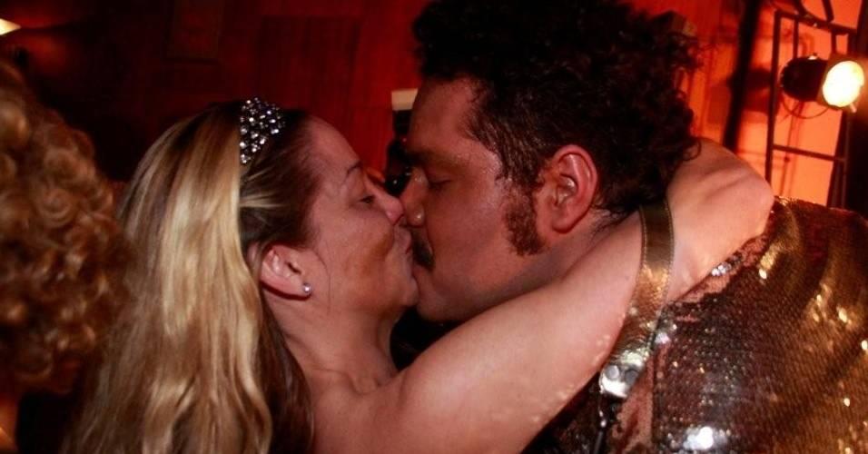 Danielle Winits ganha um selinho de Tiago Abravanel, na pré-estreia do musical
