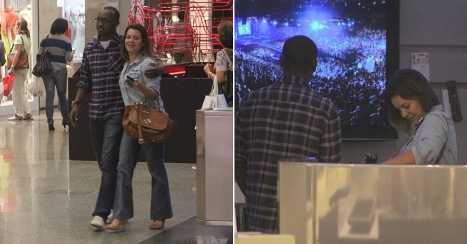 O músico Thiaguinho, que está dando um tempo do Exaltasamba, e a atriz Fernanda Souza, sua namorada. O casal passeou e fez compras em um shopping da Barra da Tijuca, no Rio (9/8/11)