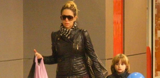 Danielle Winits passeia com o pequeno Noah em um shopping da zona sul do Rio (10/8/11)