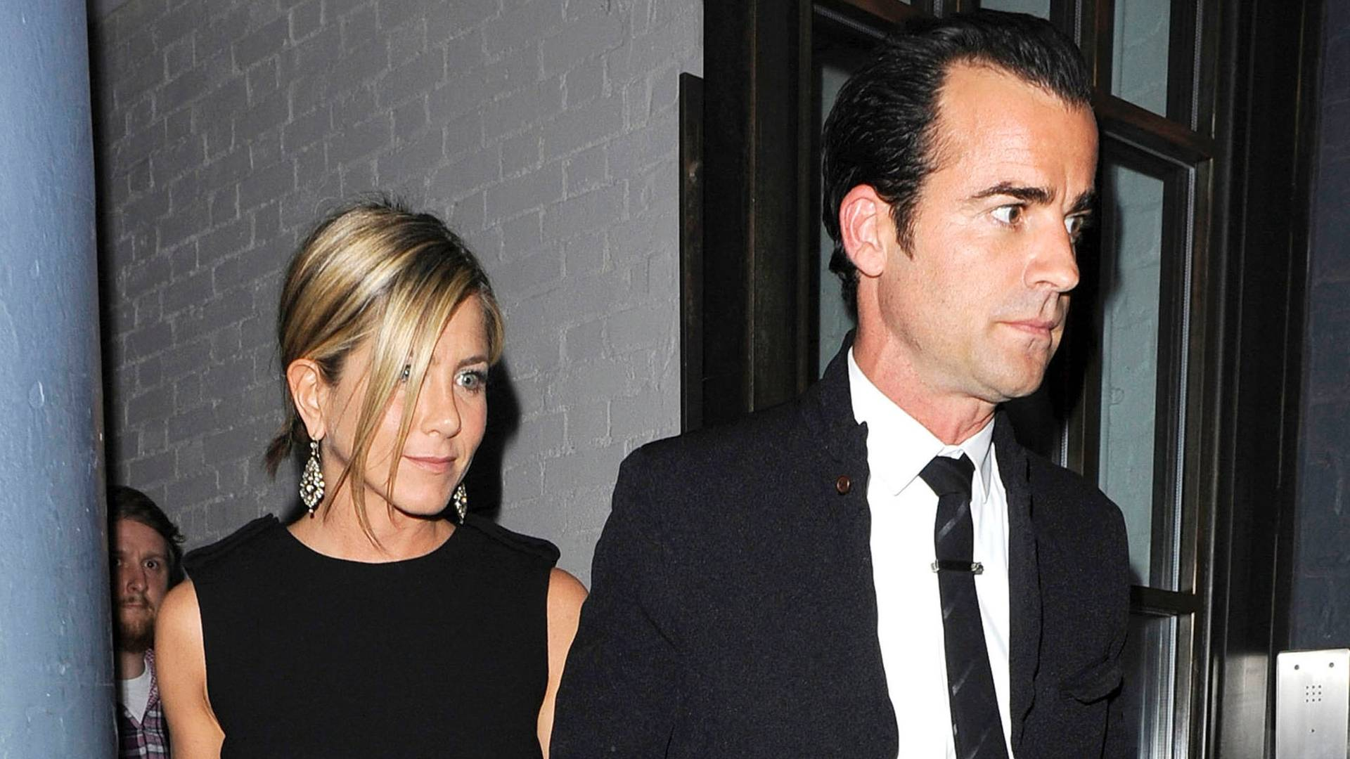 Jennifer Aniston e Justin Theroux saem de mos dadas de um restaurante em Londres (21/7/2011)
